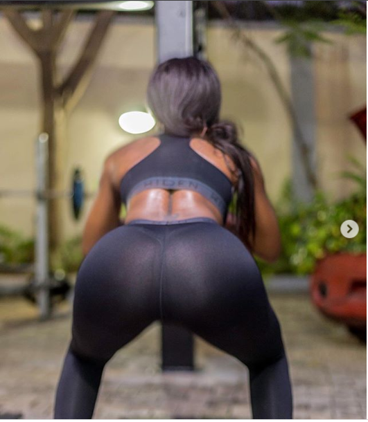 Seyi Shay showcases her bare butt in see-through leggings (Photos)