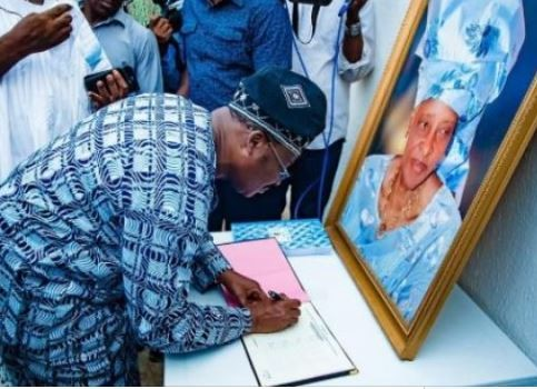 Governor Ajimobi pays condolence visit to the family ofIyalode of Ibadan who diedtwo weeks to 94th birthday