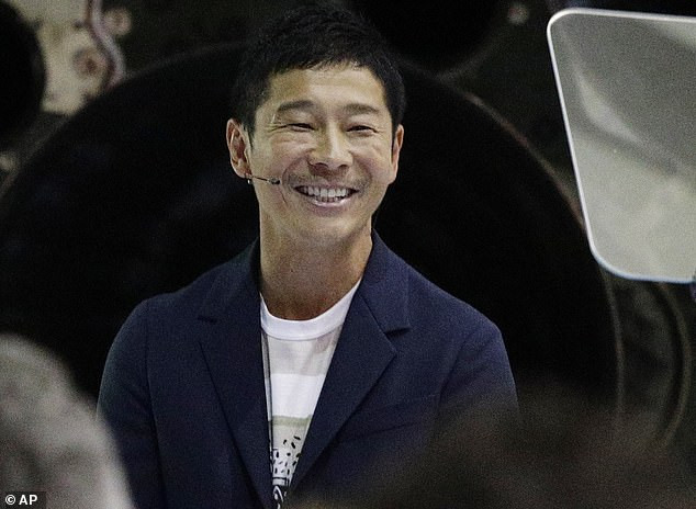 Japanese billionaire's tweet becomes the most retweeted ever with over 4 million shares after he promised to give 7k to 100 randomly selected Twitter users