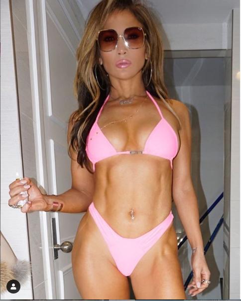 Jennifer Lopez flaunts her hot bikini body in new sexy photo.