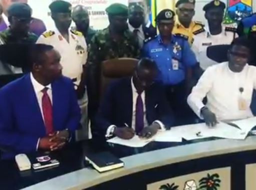 Video: Lagos State GovernorBabajide Sanwo-Olu signs hisfirst executive order on indiscriminate dumping of refuses