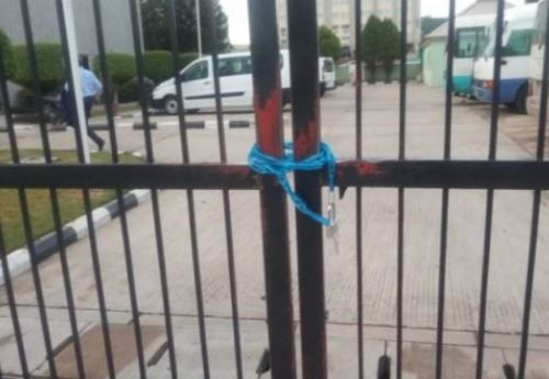 Staff lock up SEC premises in Abuja over court order to re-instate Mounir Gwarzo as DG (Photos)