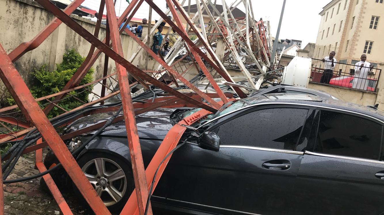 Aerial mast collapses in Abuja, destroy cars lindaikejisblog 1
