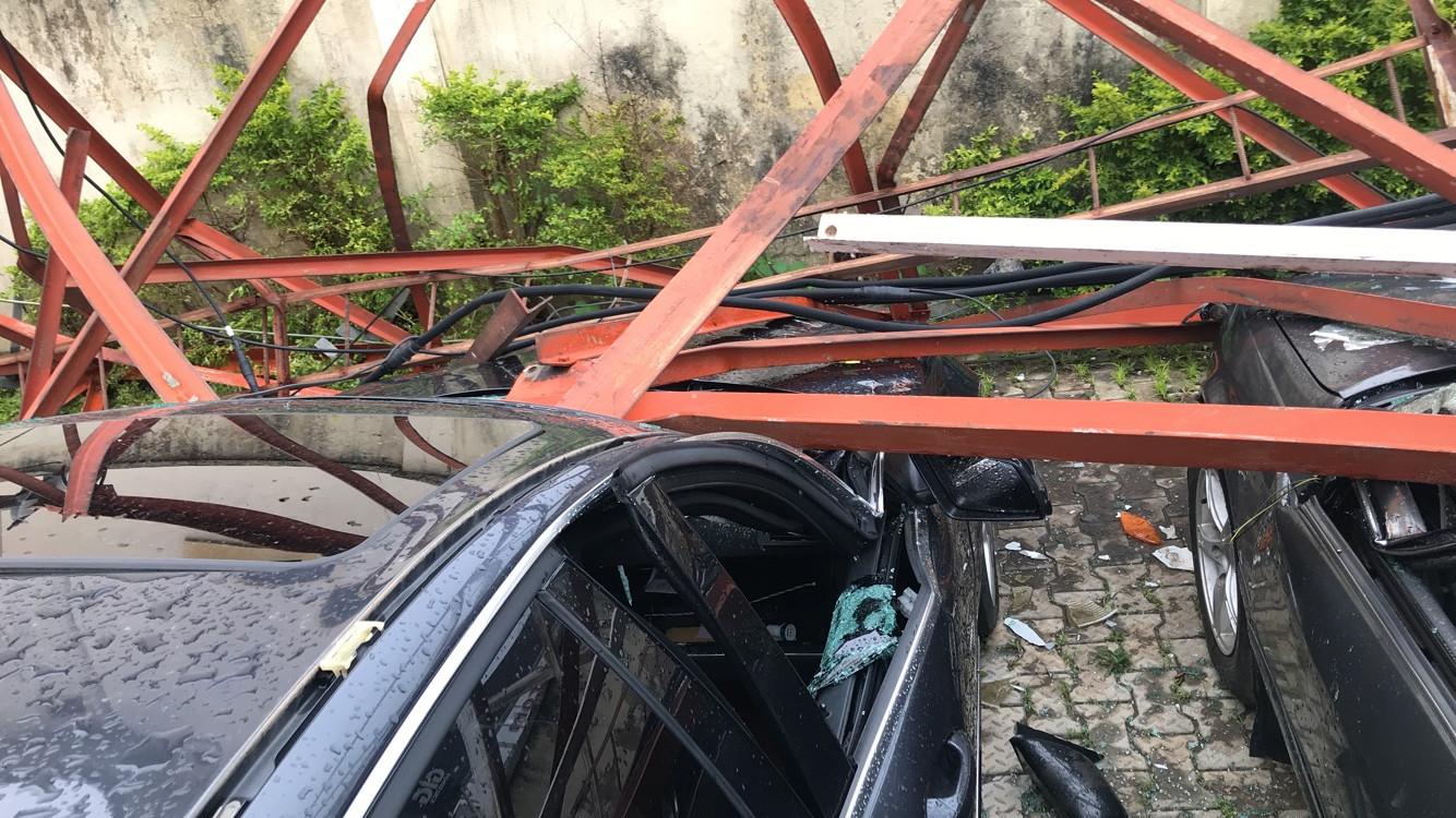 Aerial mast collapses in Abuja, destroy cars lindaikejisblog 2