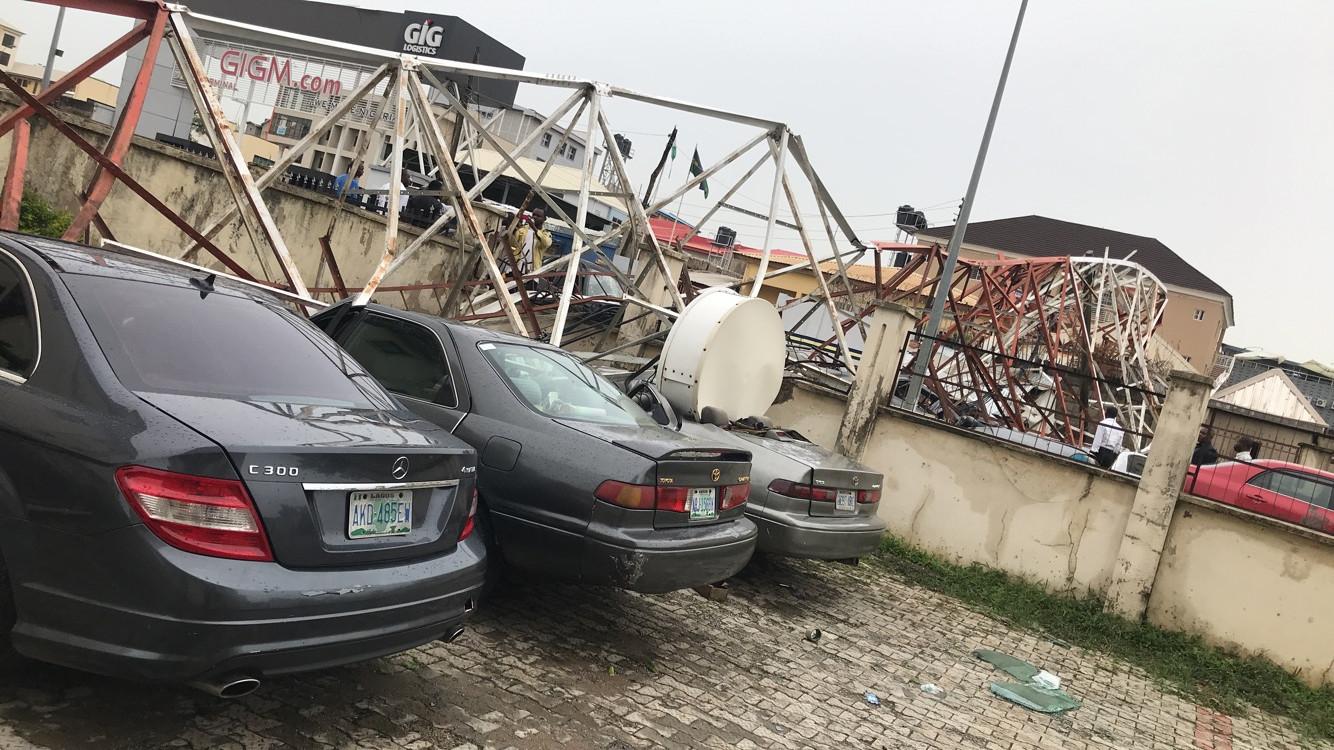 Aerial mast collapses in Abuja, destroy cars lindaikejisblog 3