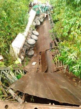 Mbiaso-Ikot Ukpong Bridge in Akwa Ibom State collapses lindaikejisblog 3