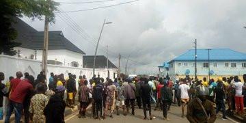 Moment Epe residents stopped EFCC operatives from entering Ambode's house lindaikejisblog 1