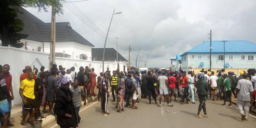 Moment Epe residents stopped EFCC operatives from entering Ambode's house lindaikejisblog 2