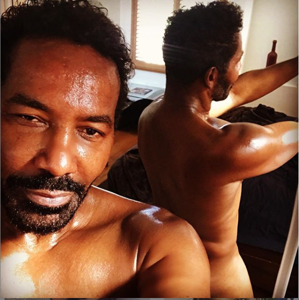 R&B singer Keith Washington, 58, bares it all in mirror selfies