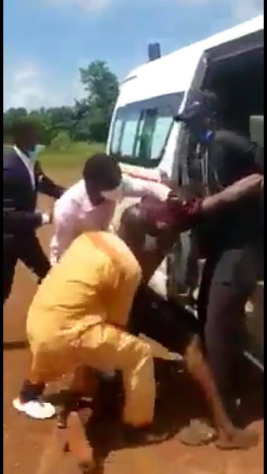 Health officials violate safety measures as they forced suspected Coronavirus patient into an ambulance in Ebonyi lindaikejisblog