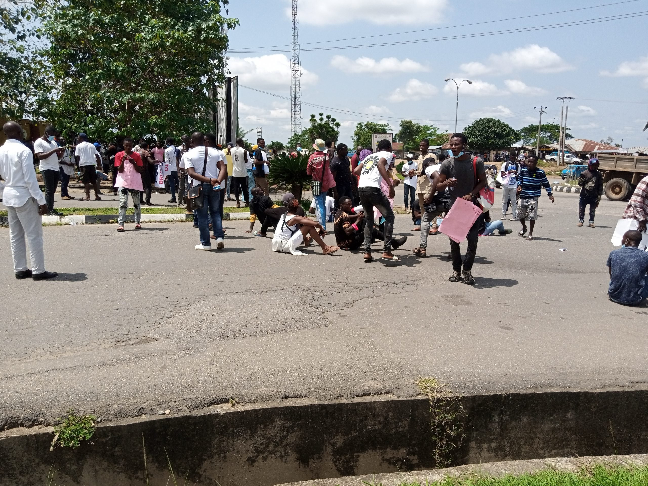 #EndSARS protesters block Osun governors office, insist there will be movement in and out of the office lindaikejisblog