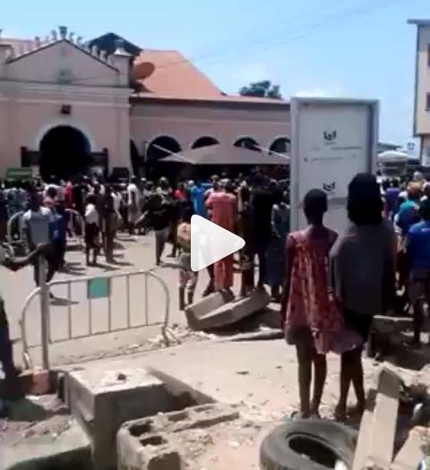 Moment Ojora indigenes stopped hoodlums from vandalizing their community King's palace lindaikejisblog