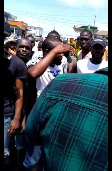 You will have to kill me first - Filmmaker, Ideh Chukwuma says as he stops a mob from destroying properties in Lagos lindaikejisblog