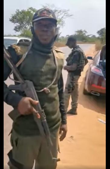 Nigerian man confronts police officer who allegedly planted marijuana in his car in Enugu lindaikejisblog