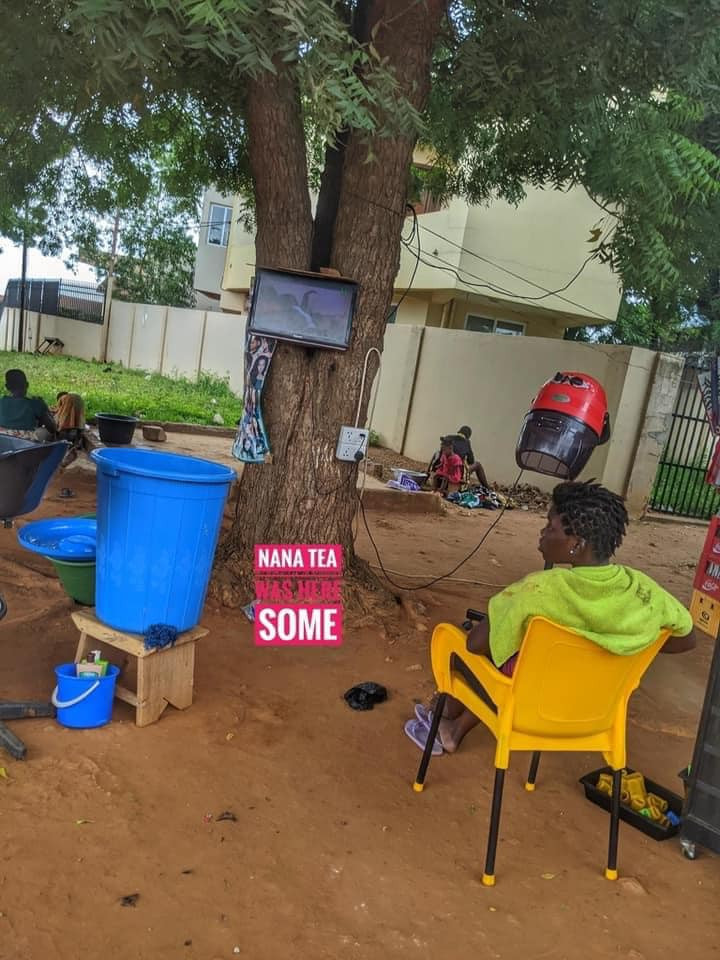 Trending photos of lady who runs her salon business from under a tree