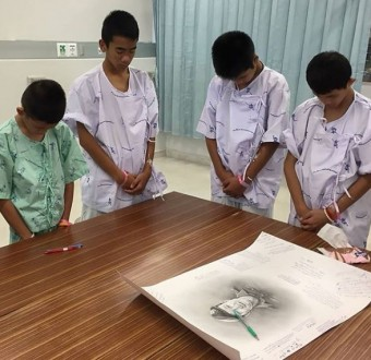 Photo: 12 boys rescued from Thai cave moved to tears as they paid tribute to the Navy Seal who died during their rescue