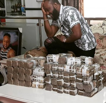 KCee called out after he shows off wads of cash following Soso Soberekon