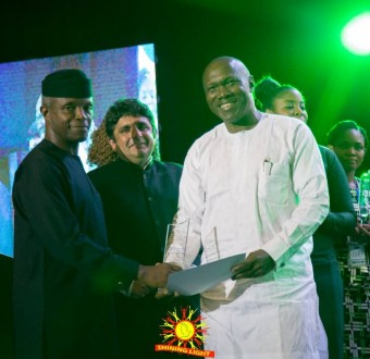Vice President Yemi Osinbajo presents award to Pastor Tunde Dada of Shining Light Kids Outreach for enrolling and feeding street children in schools